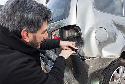 Heck eines Autos wird nach dem Unfall begutachtet