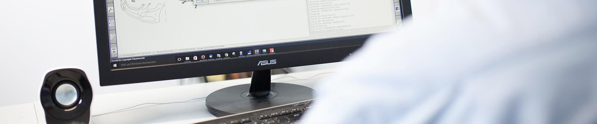 Auto Schäden werden am PC dokumentiert